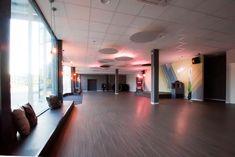 Indirekte Beleuchtung im Sportraum. Gemütliche Sitzflächen, Fensternischen Lisa, Blog, Conference Room, Hand Railing, Indirect Lighting, Acoustic, Mood, Windows, Blogging
