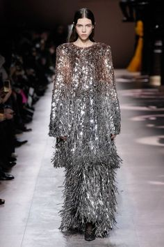 Givenchy Spring 2020 Couture Fashion Show Collection: See the complete Givenchy Spring 2020 Couture collection. Look 24 Haute Couture Dresses, Style Couture, Haute Couture Fashion, Fashion 2020, Runway Fashion, Spring Fashion, Fashion Outfits, Women's Fashion, High Fashion