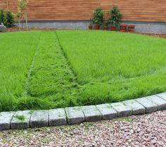 http://kotonaparas.com/pieni-nurmipaivitys/ #Garden #Gardendesign #puutarha #puutarhasuunnittelu #kivet #nurmi