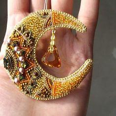 145 отметок «Нравится», 10 комментариев — Анастасия Ушакова (@unastasiya_) в Instagram: «Ночи доброй!) У меня сегодня вот эта роскошная птичка, только и успела на коленках фото сделать…» Bead Embroidery Jewelry, Beaded Embroidery, Beaded Jewelry, Beaded Necklace, Bead Crochet, Crochet Earrings, Sequin Crafts, Beading Needles, Gold Work