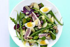 Ylellinen nizzansalaatti tuo kesän mieleen ja kielelle - ja valmistaminen vie vain puoli tuntia! Nicoise Salad, Cobb Salad, Frisk, What You Eat, Potato Salad, Healthy Living, Ethnic Recipes, Food, Swimming