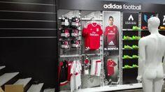 Acabou agora mesmo de ser inaugurada a nova loja do Benfica em Lisboa…