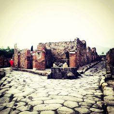Dove andiamo? Destra o sinistra :) #pompei #museum #ruins #pompeii #faunopompei #scavidipompei #archeological #ancient #herculaneum #greatpompeiiproject #vesuvius #travelinitaly #travel #italy #italia #vesuvio #followpompeii www.facebook.com/ScavidiPompei - www.instagram.com/pompeiiruins - www.twitter.com/pompeiiruins