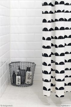 Beautiful Black And White Shower Curtains Design Ideas – Home Decor Ideas Laundry In Bathroom, Bathroom Toilets, Bathroom Black, Ideas Para Organizar, White Shower, Ideias Diy, Curtain Designs, Plywood Furniture, Bathroom Styling