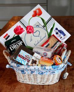 Hollands kerstpakket met kaas, roggebrood, pindakaas, hagelslag, drop, erwtensoep, worst, jam, vlaggetjes, stroopwafels, etc........