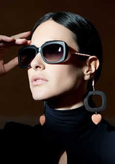 Raffaella di Motalban sunglass front is combined with a decorated thread of pearls and natural stones, such as coral, topaz or amber, on either side instead of the usual temples, giving the effect of drop earrings