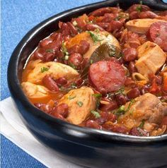 This Portuguese chicken and bean stew (feijoada de frango) recipe makes an amazing meal for the whole family. Portuguese Soup, Portuguese Recipes, Cabbage Soup Recipes, Bean Soup Recipes, Fennel Soup, Bean Stew, Stuffed Sweet Peppers, Soups And Stews, One Pot Dinners