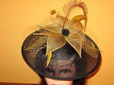 Pamela negra y dorada en sinamay con plumas redesilla y abalorios.