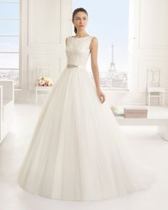 Vestido bordado com brilhantes e tule, em cor natural. Vestido de tule bordado com brilhantes, em branco.