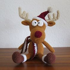 Free reindeer crochet pattern. Pair with some cookies for a great neighbor or teacher gift!