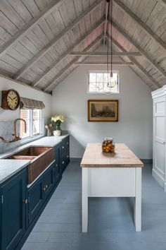7 Popular Farmhouse Kitchen Ideas for Your Kitchen Design Look through kitchen photos in different colours and styles and when you find a farmhouse kitchen storage ideas that ins. Copper Farmhouse Sinks, Farmhouse Sink Kitchen, Copper Kitchen, Kitchen Decor, Copper Sinks, Kitchen Ideas, Kitchen Inspiration, Apron Sink Kitchen, Kitchen Sinks