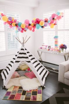 Balloons are the epitome of parties and we're loving the balloon garland trend right now. Check out these 16 Balloon Garland Party Ideas for your next party Girl First Birthday, Baby Birthday, First Birthday Parties, First Birthdays, First Birthday Balloons, 16 Balloons, Colourful Balloons, Balloon Garland, Teepee Party
