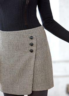 Sézane - Jupe Peter avec un petit pull noir, un cuir et un petit sac noir