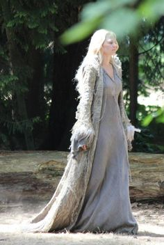 An even clearer shot of Emma's new Enchanted Forest costume from the premier episode of Once Upon a Time, season 5.