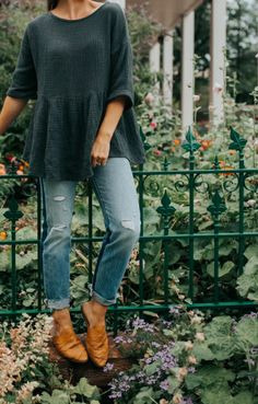 42 Spring Clothes Every Girl Should Keep - Outfit Trends Fashion Mode, Modest Fashion, Look Fashion, Womens Fashion, Lässigen Jeans, Blue Jeans, Loose Jeans, Green Jeans, School Looks