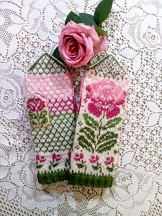 Ravelry: MASHAISL's Vit blomma by Solveig Larsson Knitted Mittens Pattern, Knit Mittens, Knitted Gloves, Knitting Socks, Hand Knitting, Knitting Charts, Knitting Patterns, Crochet Patterns, Knitting Designs