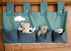 Pratique pour garder mes doudous toujours près/prêts!  - Tissu coton vert céladon motif étoiles taupes  - Quatre pochettes à soufflets tissu coton assorti à rayures  -  - 14192931