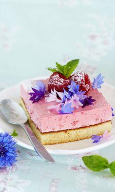 Vadelmamousseleivokset - kurkkaa helppo resepti! | Meillä kotona Dessert Recipes, Desserts, Food Styling, Panna Cotta, Sweet Treats, Cheesecake, Food And Drink, Gluten Free, Pudding