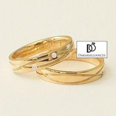 Référence R11: Duo de bagues de mariage INFINI, composé d'une alliance masculine est entièrement en or 18 carats et d'une alliance féminine en or 18 carats, sertie de 0,06 carat de diamant, de qualité G/VS1.