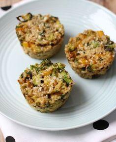 Broccoli-rijst taartjes. Dit heb je nodig Voor 4 mini-taartjes  75 gram rijst 1 ei halve broccoli driekwart paprika 1 bosui 1 tl kerriepoeder zout/peper