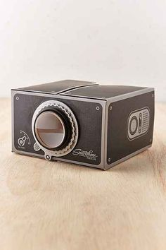 Smartphone projector - show your selfies on a wall with this vintage-inspired projector for your smartphone!