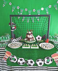 Mesa dulce de fútbol #fútbol #comuniones #football #mesa #decoración #niño #tartafondant #cupcakes Visita nuestra web para ver más fotos