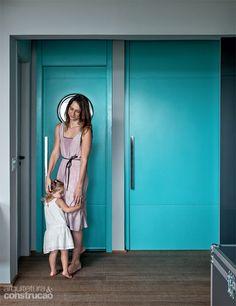 A publicitária Aline Moda queria o cinza mais claro do antigo apartamento, mas foi convencida pelas arquitetas Maristela Faccioli e Anne Caroline Ryckeboer a escurecer o tom para combiná-lo com elementos vivazes. Tintas: Coral 18BG 47/282 e Coral 00NN 13/000 ágata-da-islândia.