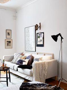 tons neutros na decoração da sala de estar, sala de estar decoração neutra, sofá branco com almofadas em cores neutras, tapete branco, luminária de chão preta