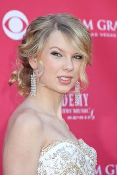 Taylor Swift's Hair Style Evolution - Taylor Swift is one of the best young country artists. She's famous not only for her talent, but also for her beauty and gorgeous blonde locks. Here's Taylor Swift hair evolution!