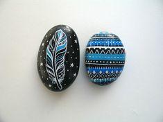 galets-décoratifs-motif-plume-oiseau-bleu-blanc-fond-noir
