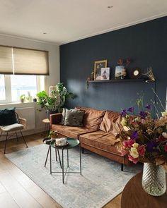 Een donkere muur in de woonkamer geeft je woonkamer meer warmte, in een grote ruimte zal het ook een stuk behaaglijker voelen. | Dark wall | #livingroom #kleuren | Styling: Lotte Wullems | Eigen Huis & Tuin