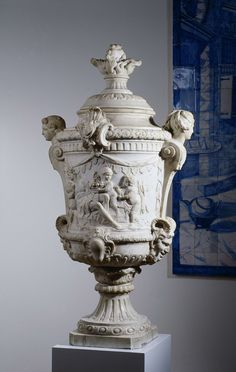 Tuinvaas gedecoreerd met de Zomer en de Herfst, Jacobus Cressant, 1714 Garden vase decorated with summer and autumn scenes. Collection Rijksmuseum Amsterdam.