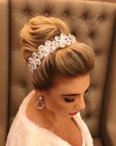 Penteados com coque: 70 ideias PERFEITAS para qualquer ocasião Hair Beauty, Hair Styles, 1940, Bridal Hairstyles, Fashion, Bun Hairstyles, Fashion Hairstyles, Long Hairstyles, Bridal Hair