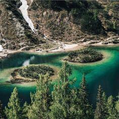 Der Herbst zieht ein. Wir nutzen die schönen Tage in naher Zukunft für kleine Wanderungen zu den heimischen Bergseen - wo es jetzt auch wieder etwas ruhiger geworden ist. Bei Regenwetter empfehlen wir ein gutes Buch - Zum Beispiel Doppelte Spur von Ilija Trojanow der morgen bei uns zu Gast ist. #beautiful #picoftheday #nature #diewasnerin #wasnerin #hike #wandern #herbst #auszeiteln #naturhotel #wellnesshotel #wellness #hotel #autumn #naturephotography #naturelovers #travel #natur… Spur, River, Instagram, Outdoor, Beautiful, Rainy Weather, Good Day, Future, Hiking