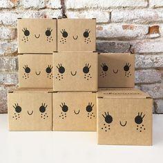 Yuhu!!! Acabamos de recibir novedades!!! Tenemos el almacén lleno de cajas felices ¿Qué será? Apúntate a nuestra newsletter, en www.charucashop.com y serás el primero en saberlo.