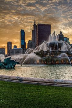 Sunset Fountain, Buckingham Fountain in Chicago, @ Sunset