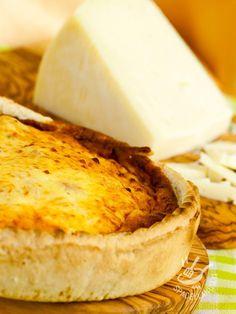 Pie of cheese and onions - Con la Torta di pecorino fresco e cipolle bianche servirete in tavola la bontà allo stato puro, grazie a due ingredienti che si sposano perfettamente! #tortasalatapecorino #tortasalatacipolle