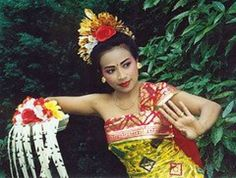 Tari Pendet a Traditional Dance from Bali Indonesia - The Indonesian Heritage Series