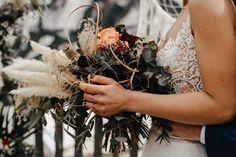 20.06.2020 ✨ Heute wäre DER Tag in der Hochzeitssaison 2020 gewesen. Was ich selbst und auch bei anderen Dienstleistern mitbekommen habe, ist der heutige Tag das wohl beliebteste Hochzeitsdatum für dieses Jahr gewesen. Auch 3 Brautpaare von mir hätten sich heute das JA-Wort gegeben, aber Corona hatte wohl andere Pläne. Wenn ich mir allerdings das Wetter heute ansehe, war es auch wieder gut 😅. Ich freue mich daher umso mehr auf all diese Hochzeiten im nächsten Jahr… Crown, Wreaths, Instagram, Small Weddings, Fiction, Newlyweds, Getting Married, Corona, Door Wreaths