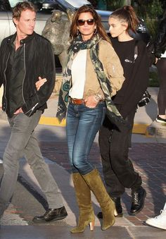 Celebs with best street style and how to get their look Cindy Crawford, Gwen Stefani Mode, Gwen Stefani Style, High Street Fashion, Fashion 2020, Star Fashion, Fashion Outfits, Casual Chic, Camo Scarf