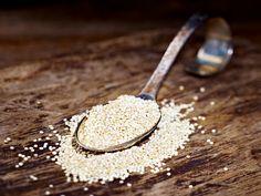 Wundersamen: Quinoa hat wenig Kohlenhydrate, hält trotzdem lange satt - und: ist besonders für Menschen mit einer Unverträglichkeit gegenüber Getreide geeignet.