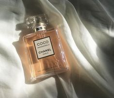 The best-selling perfume of 2018 is none other than Coco Mademoiselle Intense from Chanel - Biba Magazine Coco Chanel Parfum, Perfume Chanel, Coco Chanel Mademoiselle, Mademoiselle Magazine, Peach Aesthetic, Classy Aesthetic, Aesthetic Photo, Perfume Scents, Perfume Bottles