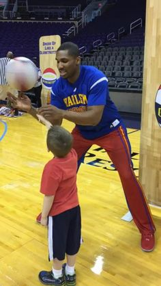 A Harlem Globetrotter taught a kid how to spin a basketball on his finger and the result is adorable http://ift.tt/2oHsRto