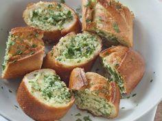 Garlic Bread (pain à l'ail) Vegetarian Appetizers, Cheese Appetizers, Yummy Appetizers, Appetizer Recipes, Vegetarian Recipes, Baguette Appetizer, Mauritian Food, Chicken And Waffles, Garlic Bread