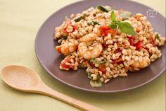 L'insalata d'orzo con acciughe, gamberetti e pomodorini, è un'alternativa all'insalata di riso; l'orzo è un ottimo sostituto per gustosi orzotti.