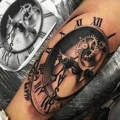 Relógio em realismo feito por Chico Morbene.  #tattoo #tatuagem #art #arte #realismo #pretoebranco #relogio