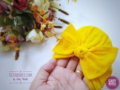 Touca turbante da Zoe com laço na meia de seda - YouTube Baby Turban, Fabric Flowers, Hair Bows, Projects To Try, Make It Yourself, Diy Baby, Babys, Sewing, Sock Crafts