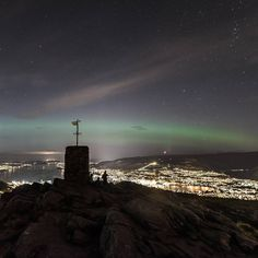The waiting game. A rather large crowd by the cairn at Løvstakken waiting for Miss Aurora to dance  #bd_shotz  #bergen #mittbergen #ig_norway #ig_scandinavia #liveterbestute #visitnorway #ilovenorway #ilovemountains #loves_norway #bestofnorway #loves_norway #visitbergen #norsketurbilder #landscapesofnorway #stars #starscapes #wu_norway #løvstakken #aurora #northernlights