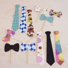 Hay que ir poniéndose elegantes que llegan las bodas del fin de semana!!! Nuevo Photobooth de corbatas y pajaritas en UBOshop! Por sólo 9,95€  http://www.unabodaoriginal.es/es/photobooth-boda-con-corbatas-y-pajaritas.html