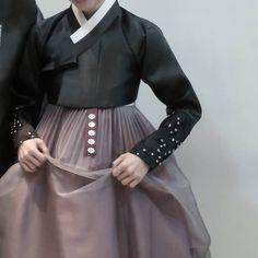 이미지: 사람 1명 이상, 사람들이 서 있음 Korean Hanbok, Korean Dress, Korean Outfits, Korean Traditional Clothes, Traditional Dresses, Dress Outfits, Fashion Outfits, Womens Fashion, Queen Aesthetic